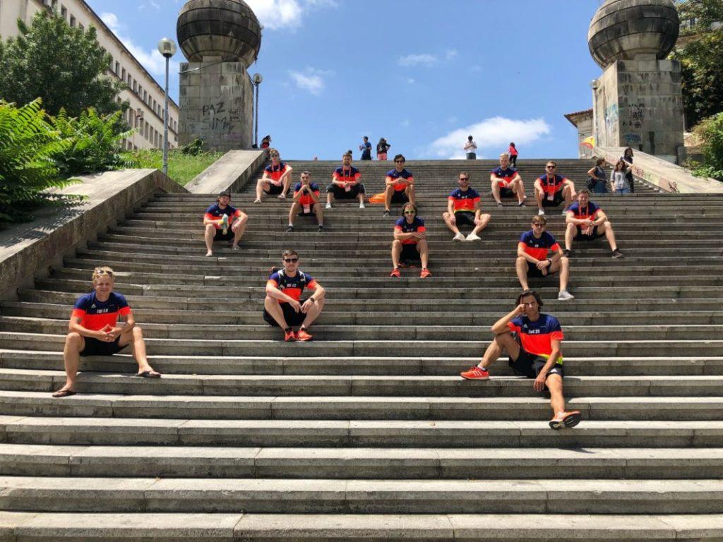 UFC Münster sitzt verteilt auf einer Treppe in Portugal
